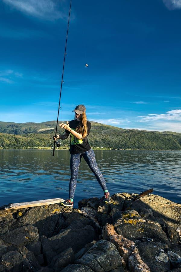 De jonge vrouw vist in Noorwegen royalty-vrije stock afbeeldingen