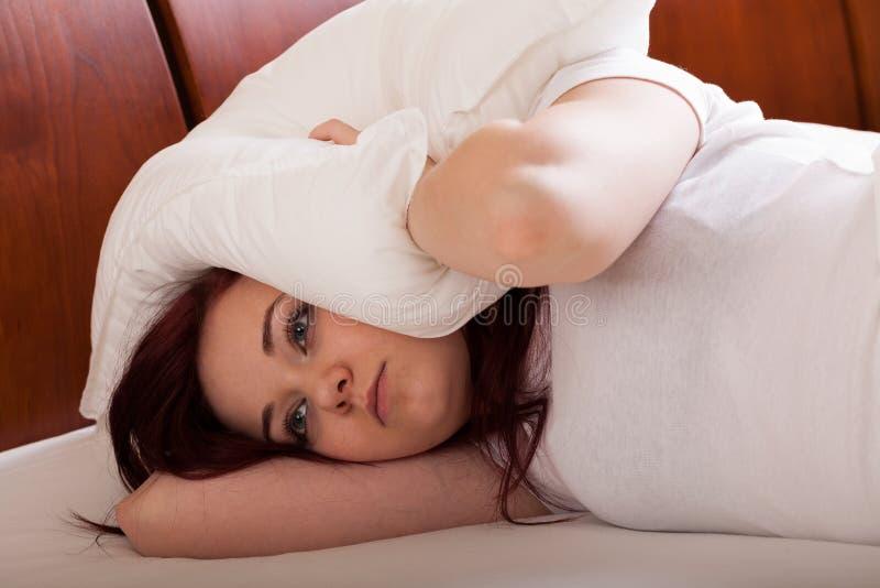 De jonge vrouw wil slaap stock afbeelding