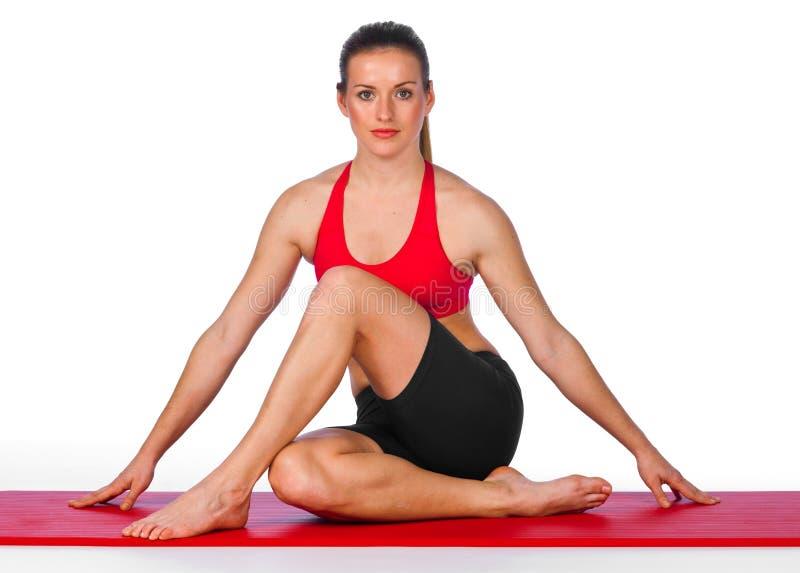De jonge vrouw in yoga stelt stock fotografie