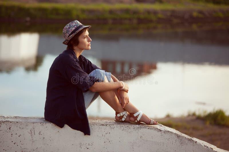 De jonge vrouw zit en rust royalty-vrije stock foto
