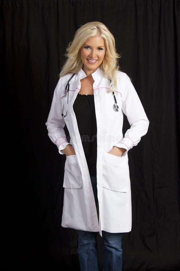 De jonge Vrouwelijke Arts van het Ziekenhuis royalty-vrije stock afbeelding