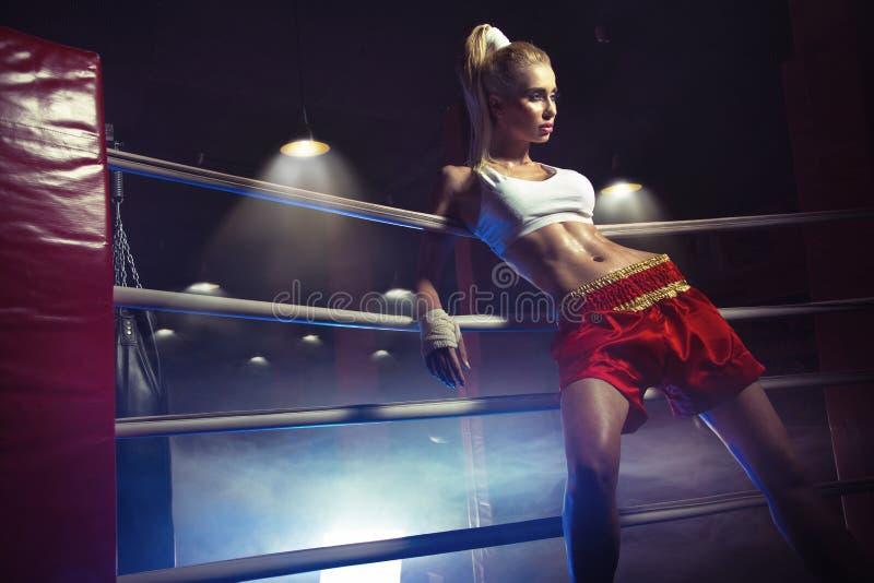 De jonge vrouwelijke bokser treft te vechten voorbereidingen royalty-vrije stock foto's