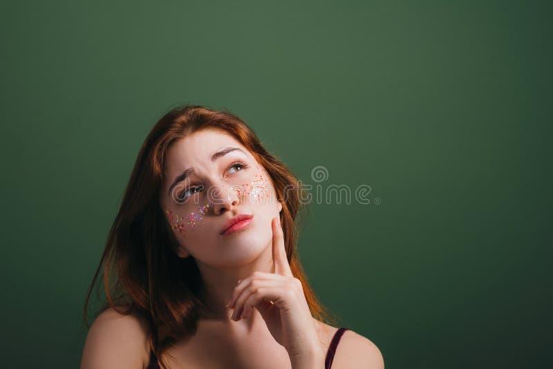 De jonge vrouwelijke gelaatsuitdrukking van de aarzelingstwijfel stock foto's