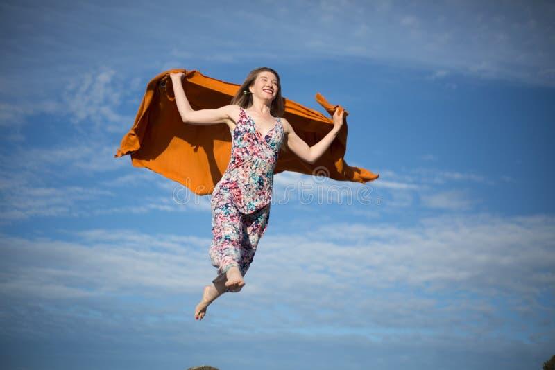 De jonge vrouwelijke het vliegen suny dag van de hemelzomer stock foto's