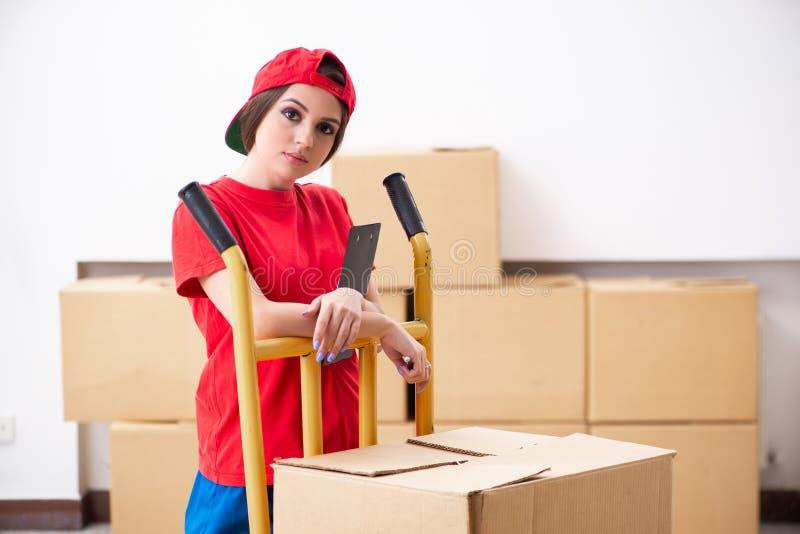 De jonge vrouwelijke professionele verhuizer die huisverhuizing doen stock afbeelding