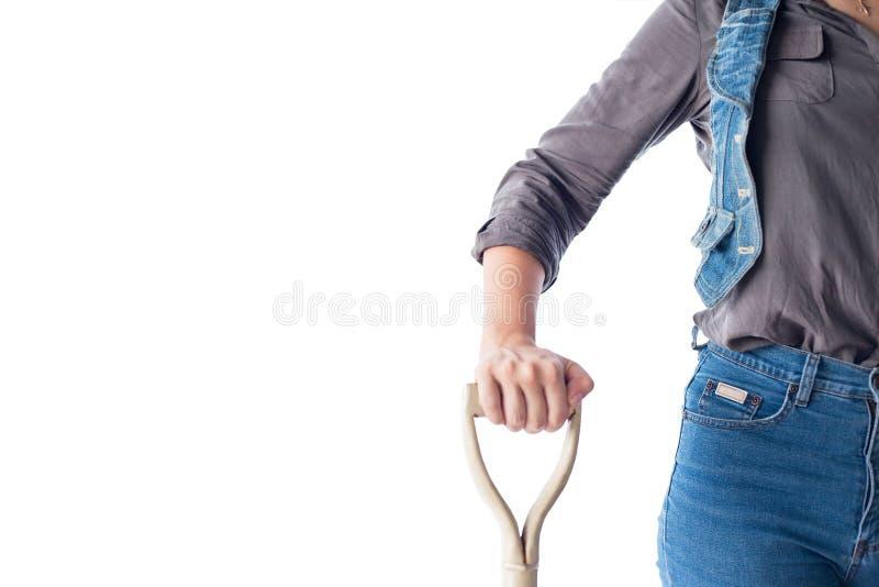 De jonge vrouwelijke schop van de landbouwersgreep in landbouwbedrijf op geïsoleerde achtergrond stock foto