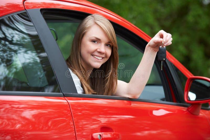 De jonge Vrouwelijke Sleutels van Bestuurdersin car holding royalty-vrije stock afbeelding