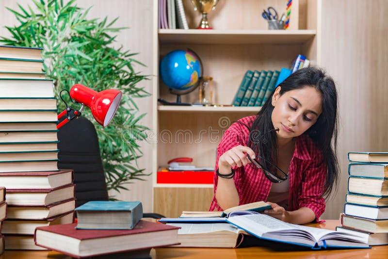 De jonge vrouwelijke student die voor de examens van de universiteitsschool voorbereidingen treffen stock fotografie