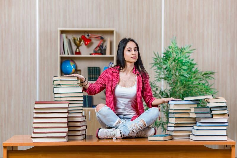 De jonge vrouwelijke student die voor de examens van de universiteitsschool voorbereidingen treffen royalty-vrije stock foto
