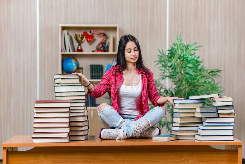 De jonge vrouwelijke student die voor de examens van de universiteitsschool voorbereidingen treffen royalty-vrije stock fotografie