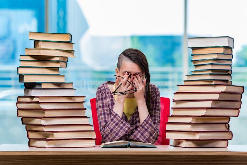 De jonge vrouwelijke student die voor examens voorbereidingen treffen royalty-vrije stock fotografie