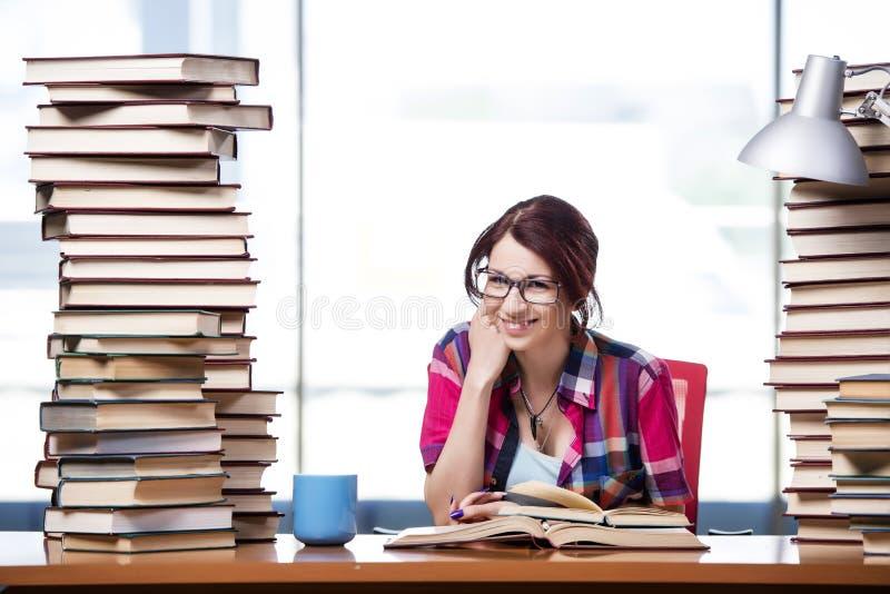 De jonge vrouwelijke student die voor examens voorbereidingen treffen royalty-vrije stock foto