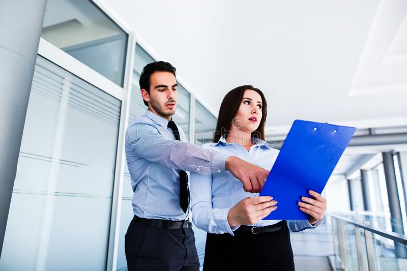 De jonge vrouwelijke werknemer heeft heel wat fouten in rapport royalty-vrije stock afbeelding