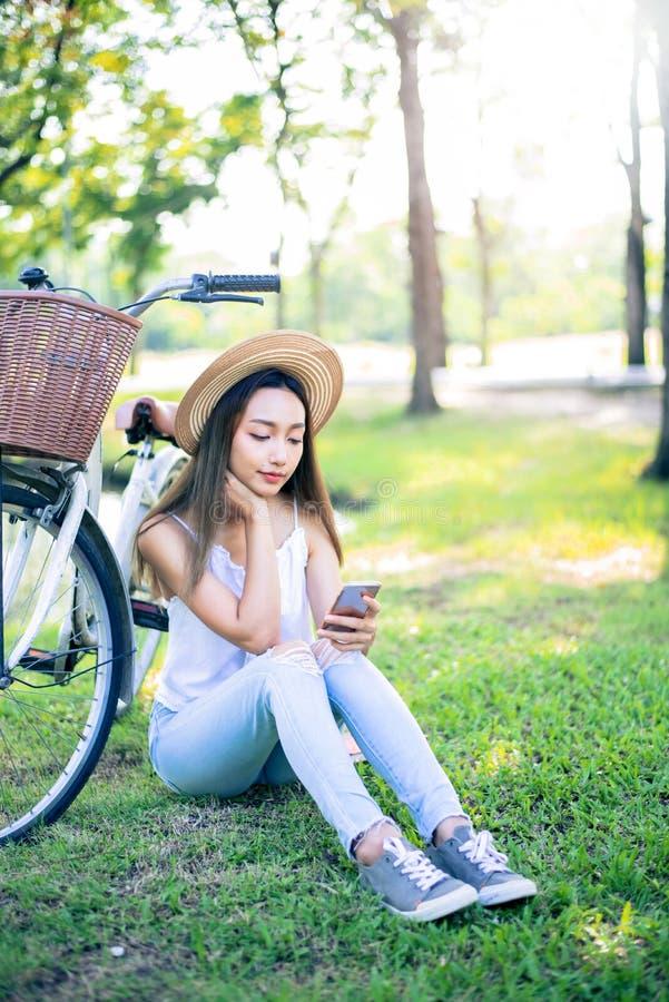 De jonge vrouwen babbelen op mobiel royalty-vrije stock foto's