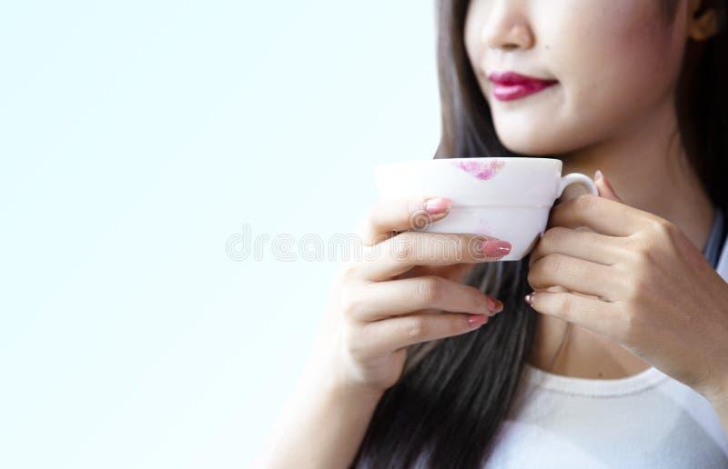 De jonge vrouwen drinken gelukkig hete koffie royalty-vrije stock fotografie