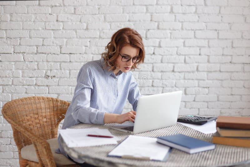 De jonge vrouwen freelancer werken bij de computer stock afbeeldingen