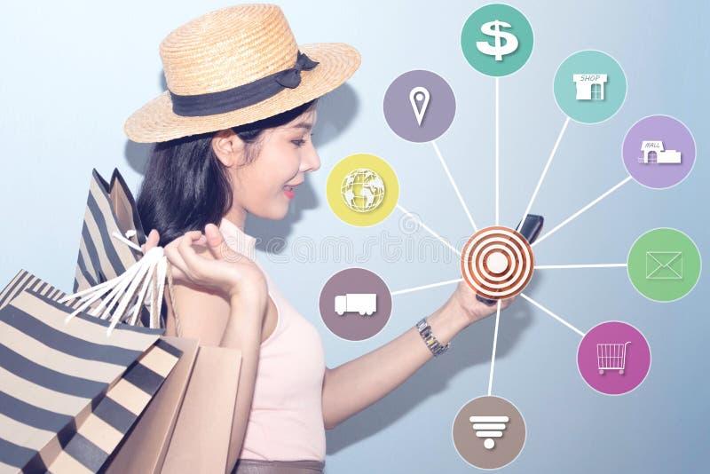 De jonge vrouwen gebruiken de telefoon voor online het winkelen royalty-vrije stock afbeelding