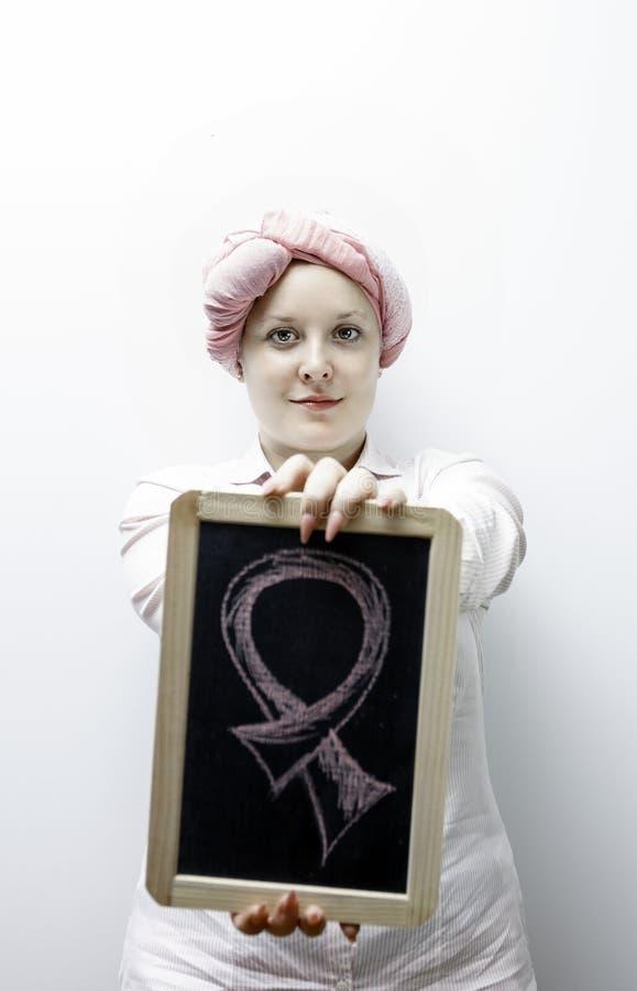 De jonge vrouwen kleedden zich in roze, opnieuw bestrijdend borstkanker stock afbeelding