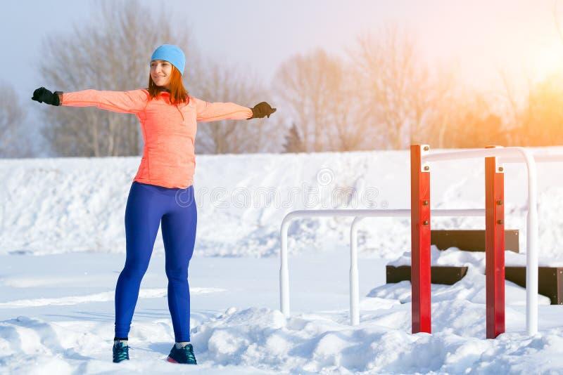 De jonge vrouwen lopende winter royalty-vrije stock afbeeldingen