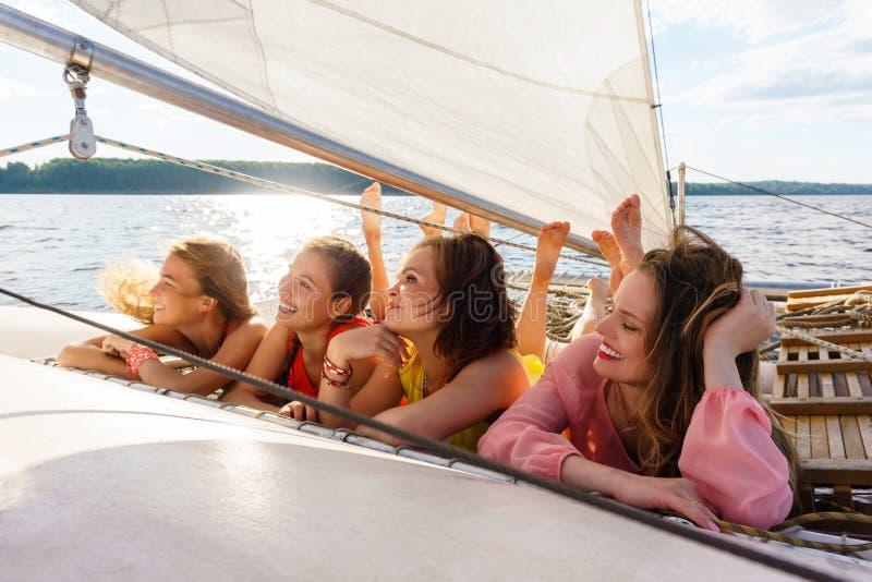 De jonge vrouwen ontspannen op een varend jacht stock foto