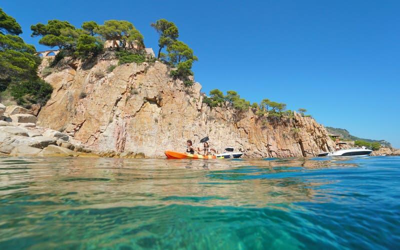 De jonge vrouwen paddelen een kajak Middellandse Zee Spanje stock afbeelding