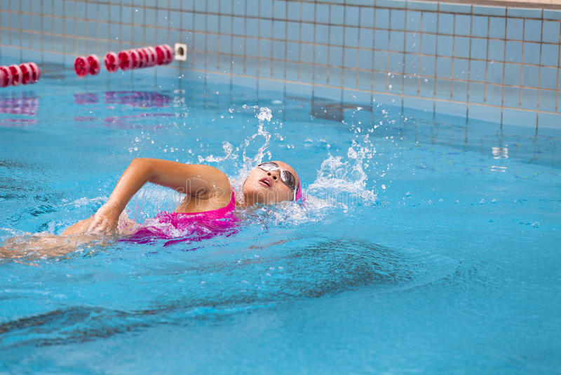 De jonge vrouwen zwemt royalty-vrije stock foto's