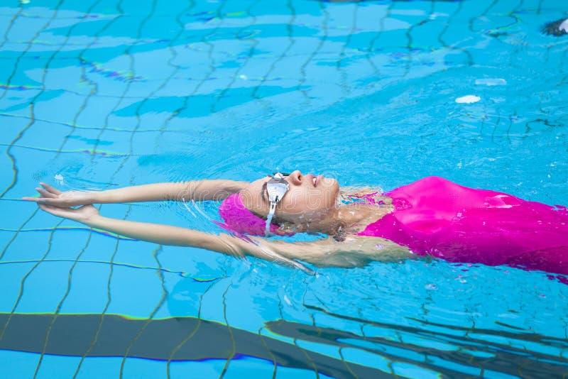 De jonge vrouwen zwemt stock foto