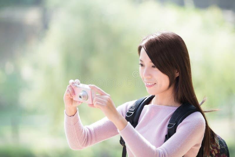 De jonge vrouwenglimlach neemt selfie stock foto