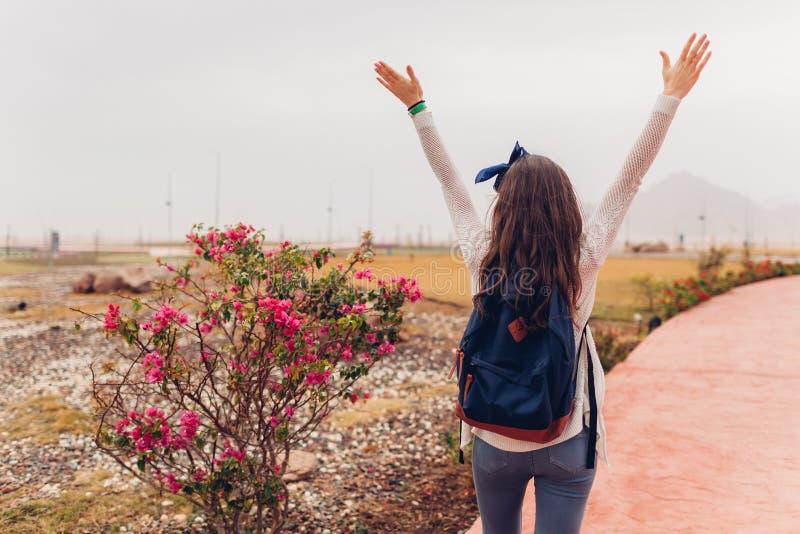 De jonge vrouwenreiziger opent wapens en het voelen van gelukkig gaand sightseeing in Egypte Meisje die op excursie lopen royalty-vrije stock foto's