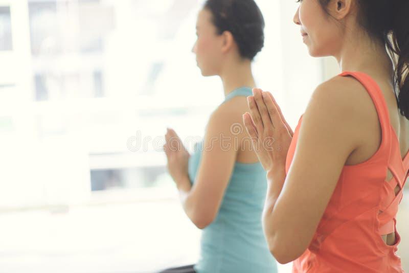De jonge vrouwenyoga houdt binnen kalm en mediteert terwijl het uitoefenen van yoga om de Binnenvrede te onderzoeken royalty-vrije stock fotografie