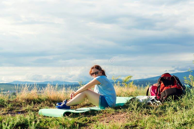 De jonge wandelaar van de meisjesreiziger heeft een rust stock foto's