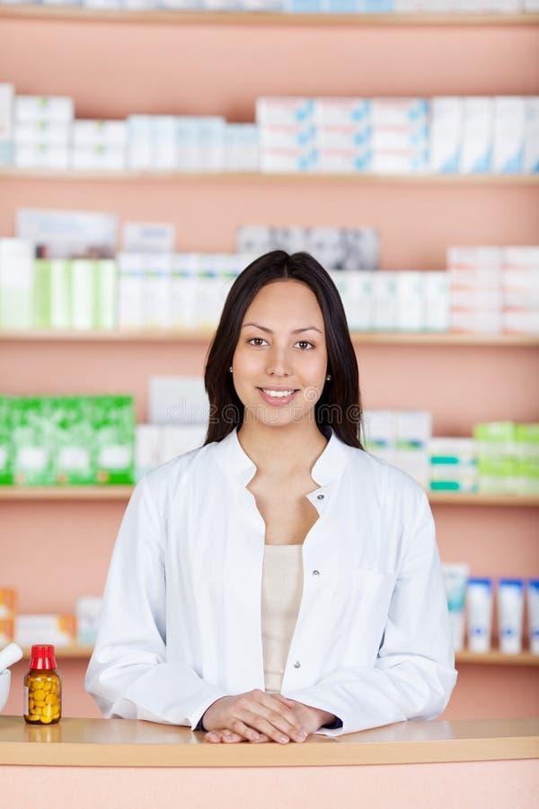 De jonge werknemer bij apotheken verzet tegenzich stock afbeeldingen