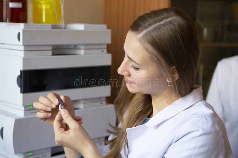 De jonge wetenschapperwerken in modern biologisch laboratorium stock fotografie