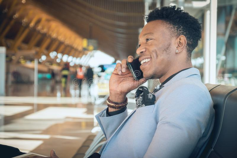 De jonge zakenman is gezet in de luchthaven die en B glimlachen spreken royalty-vrije stock afbeeldingen