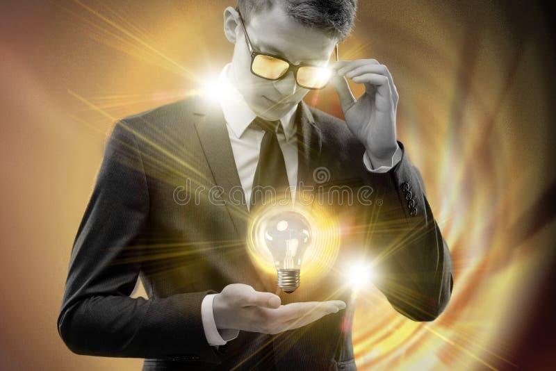 De jonge zakenman in helder ideeconcept royalty-vrije stock afbeeldingen