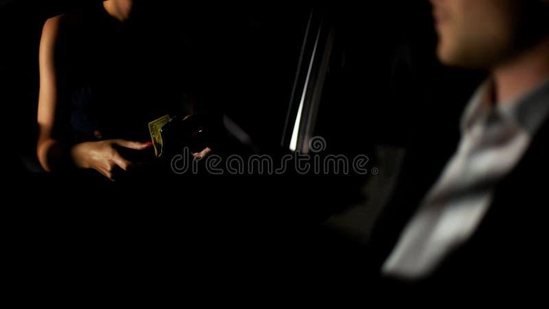 De jonge zakenman houdt auto tegen en betaalt prostituee, de geslachtsindustrie, de escortediensten royalty-vrije stock foto's