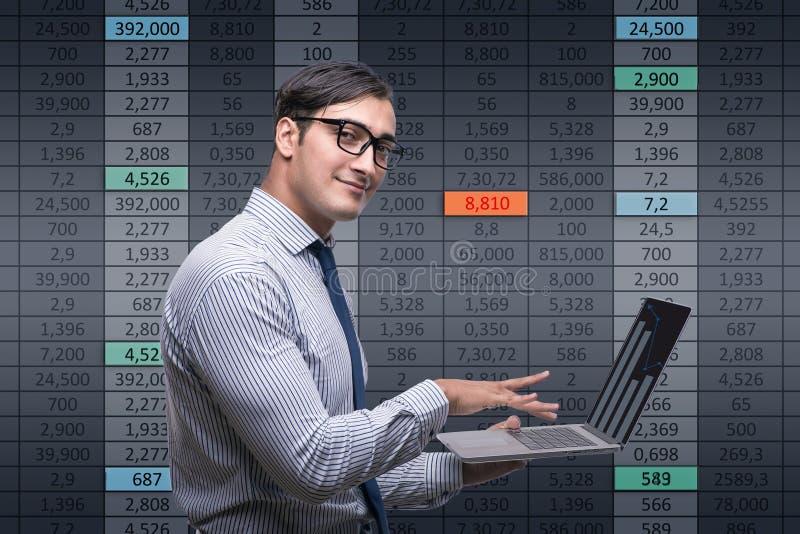 De jonge zakenman in online handelconcept royalty-vrije stock foto