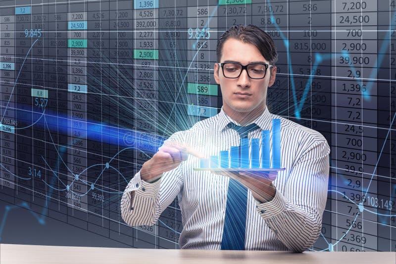 De jonge zakenman in online handelconcept stock afbeeldingen