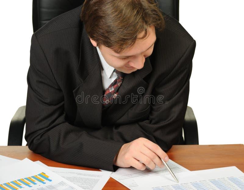 De jonge zakenman op een werkplaats stock foto