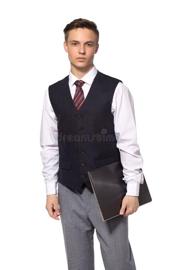 De jonge zakenman status met gesloten laptop in hus overhandigt, geïsoleerd op wit stock afbeelding