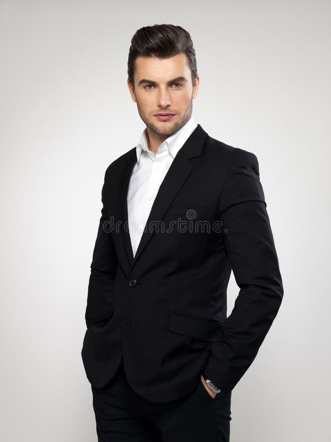 De jonge zakenman van de manier in zwart kostuum stock foto's