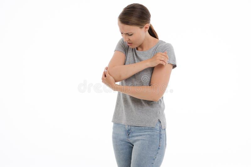 De jonge zieke vrouw voelt onwel, pijn, slechte pijn, Witte achtergrond stock foto's
