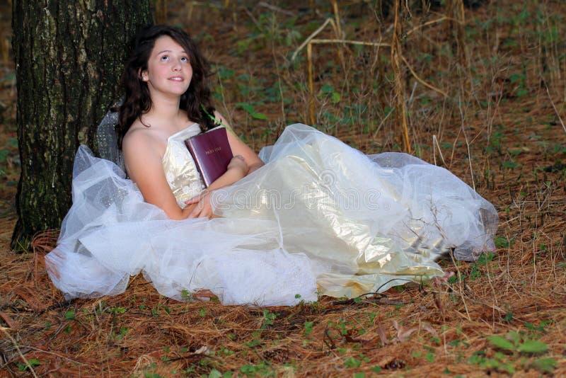 De jonge zitting van de meisjesbijbel royalty-vrije stock foto