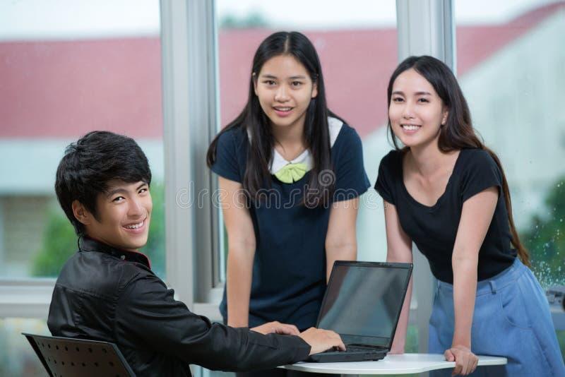De jonge zitting van het bedrijfsmensenteam bij bureau royalty-vrije stock foto