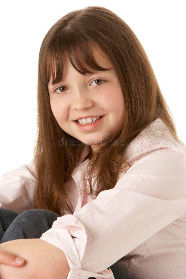 De jonge Zitting van het Meisje in Studio royalty-vrije stock fotografie
