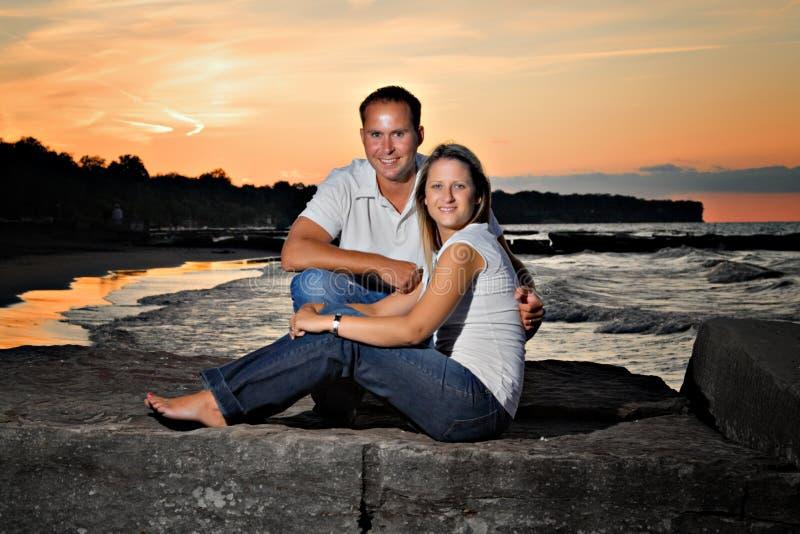 De jonge Zonsondergang van het Paar royalty-vrije stock afbeelding
