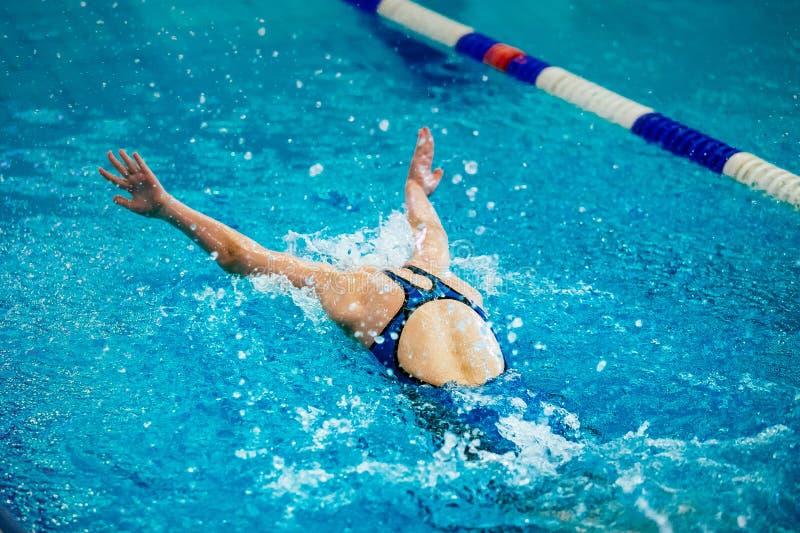 De jonge zwemmer van de meisjesatleet royalty-vrije stock afbeeldingen