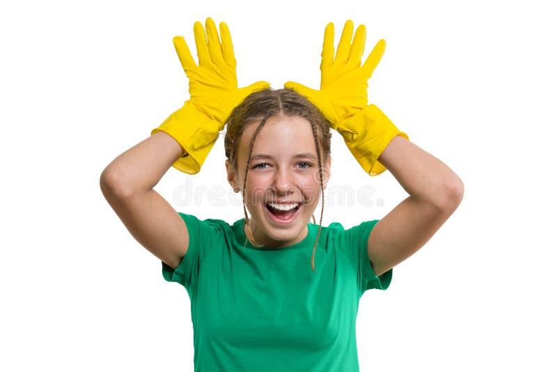 De jongelui die vrolijk meisje in gele rubber beschermende handschoenen glimlachen, wit isoleerde achtergrond stock fotografie