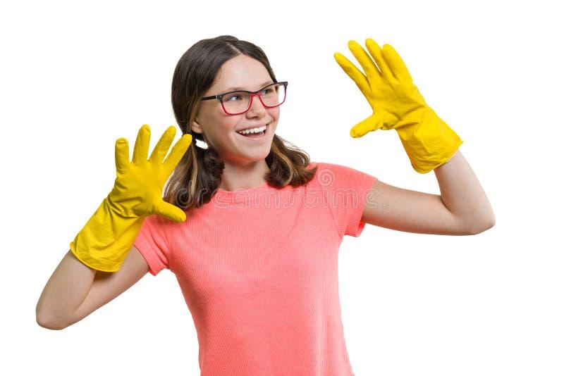 De jongelui die vrolijk meisje in gele rubber beschermende handschoenen glimlachen, wit isoleerde achtergrond royalty-vrije stock foto