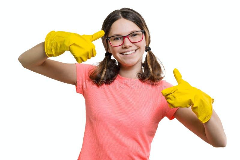 De jongelui die vrolijk meisje in gele rubber beschermende handschoenen glimlachen, wit isoleerde achtergrond royalty-vrije stock foto's